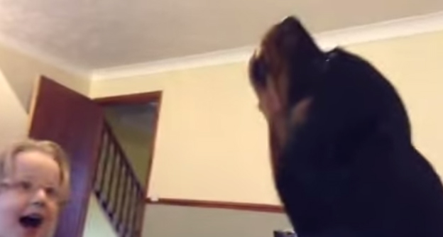 So Cute – Rottweiler and Little Girl Sing Together thumbnail